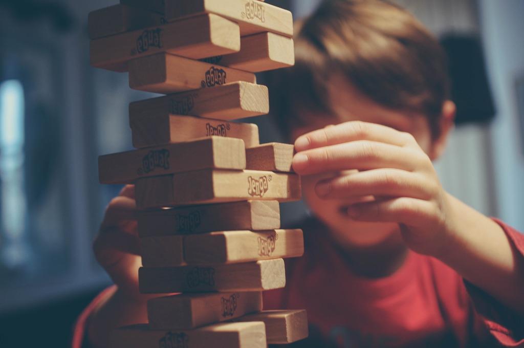 Criança jogando jenga